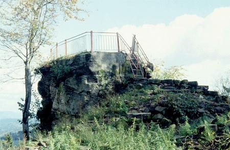 Rocher «panoramique», vestige d'une tour édifiée au XIIIe siècle: le Bergfried